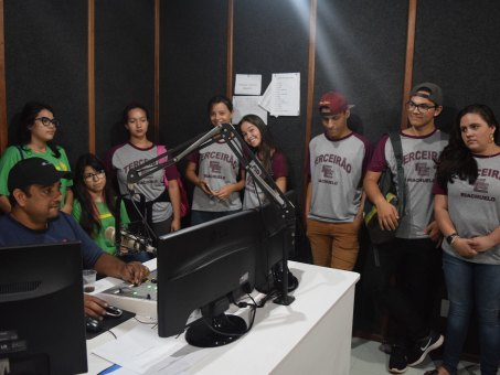 Estudantes conheceram a rádio FM Educativa UCDB
