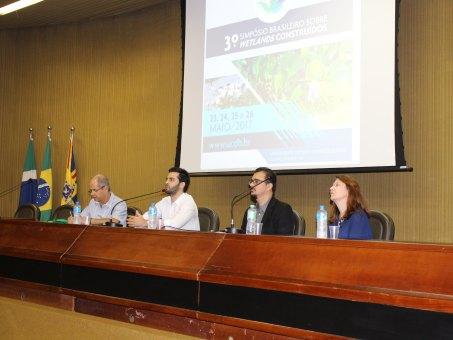 Mesa de abertura do simpósio foi composta pelo coordenador de dois cursos da UCDB, Fernando Jorge Magalhães Filho e por especialistas convidados.