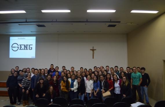 Acadêmicos e professores de Administração junto com os empresários incubados e representantes da S-Inova