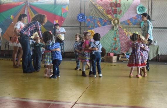 Alunos dançaram a tradicional quadrilha