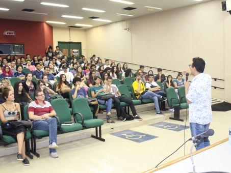 Jornalista campo-grandense Danilo Nuha durante palestra a acadêmicos