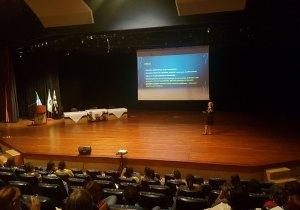 Professora Dra. Liliana Guimarães durante a apresentação no Seminário