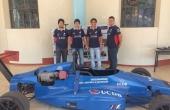 Carro desenvolvido e os extensionistas do projeto Fórmula Universitária