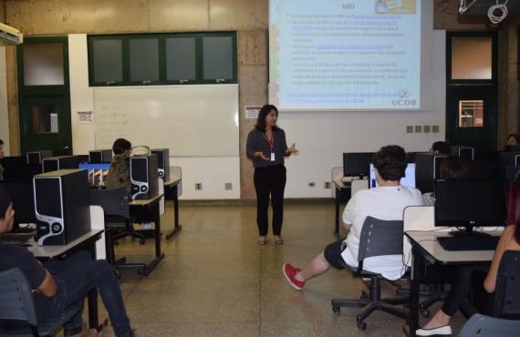 Lucélia Tashima conversou com os acadêmicos no laboratório de informática do bloco B