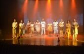 No palco, 29 atores apresentam os cantos indígenas durante o espetáculo
