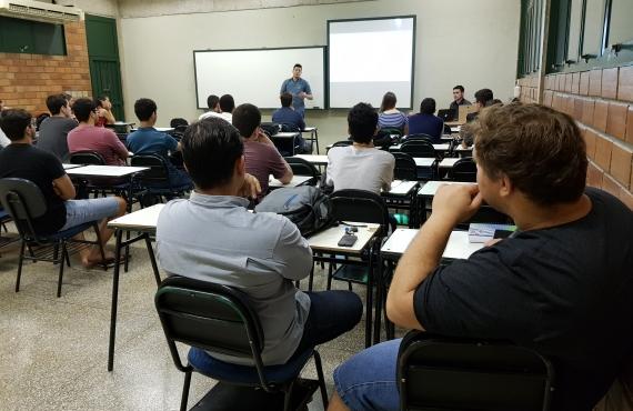 Igor Uehara conversou com os acadêmicos de Tads em uma das salas de aula do bloco C