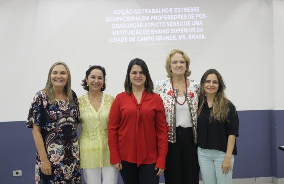 Ana Carolina Perroni (no centro) acompanhada das professoras que participaram da banca examinadora