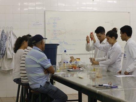 Acadêmicos de Agronomia ensinam produtores rurais como retirar a pectina das cascas do maracujá