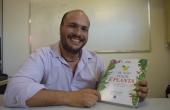 Professor Eduardo Gonçalves com o livro indicado ao prêmio Jabuti 2016:  'Se não fugir, é planta'
