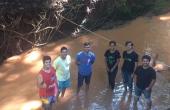 Além de analisar a vazão e a qualidade da água, alunos coletaram sedimentos