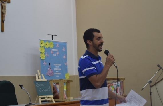 Welington Guimarães é acadêmico de Filosofia e declamou poesia